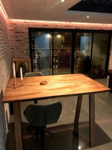 Hohe Tisch aus ulme mit Ebenholzöl und Holzbeinen