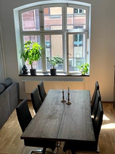 Plank Tisch in Eiche mit 2 Planken, Ebenholzöl, Naturkanten und Trapezrahmen