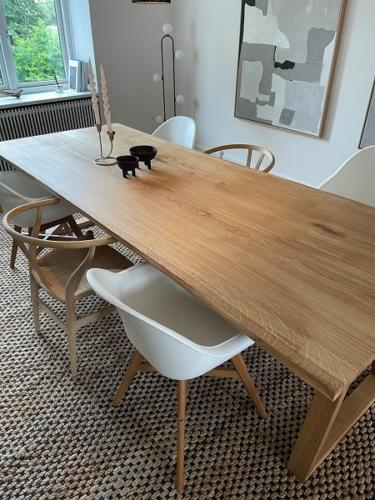 Plank Tisch in Eiche mit 2 Planken, 15 Grad Kanten, Naturöl und Trapez in Eiche