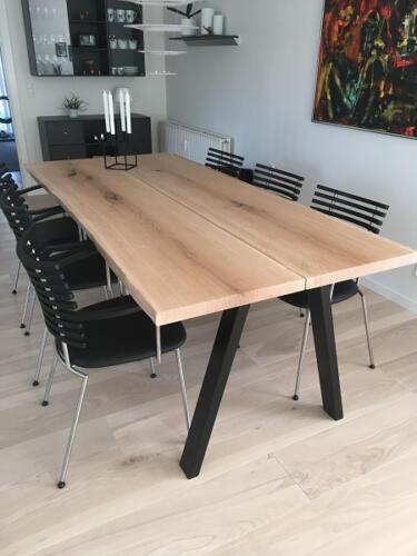 Plankebord-2-planker-med-hvid-olie-og-skrå-ben