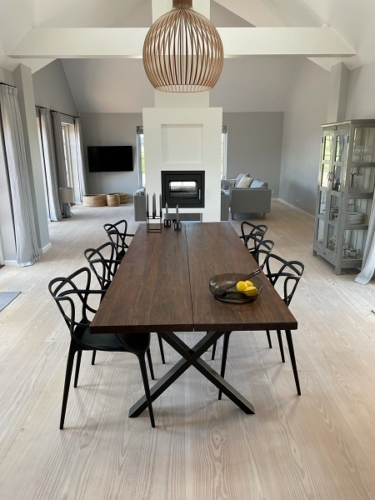 Plank Tisch aus amerikanischem Nussbaum mit Kreuzrahmen