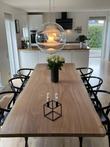 Plank Tisch in Eiche 2 Planken, mit Weißöl, Naturkanten und trapez slim