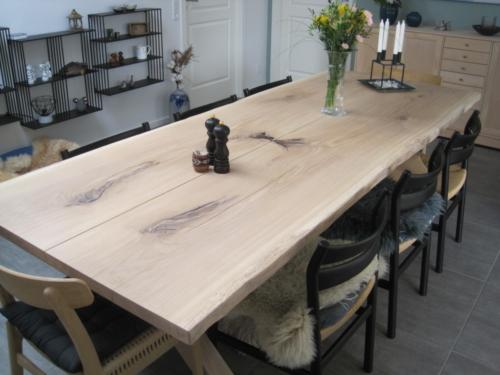 Plankentisch aus Eichenholz mit 2 verspiegelten Dielen, natürlichen Kanten und Weißöl (2)