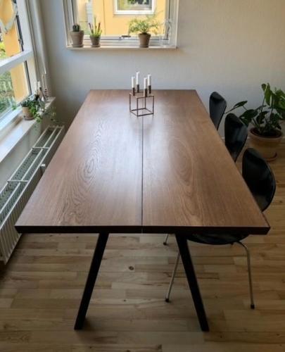 Plank Tisch aus Eiche mit Walnussöl, schrägen Beinen und 15 Grad Kanten