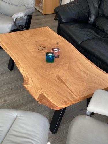 Rustikaler Sofatisch aus Eichenholz mit natürlichem Öl