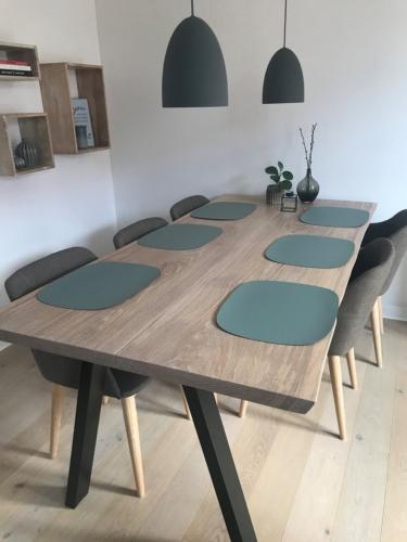 Stilvoller Plankentisch aus Eichenholz - 2 Planken 100x200 cm mit Weißöl und natürlichen Kanten