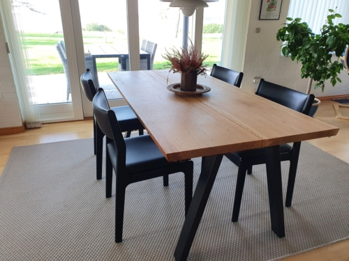 Stilvoller plankentisch aus Eichenholz mit 2 PLanken, natürlichem Öl und 15-Grad-Kanten