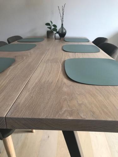 Stilvoller Plankentisch aus Eichenholz mit weißem Öl