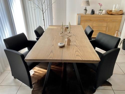 Stilvoller Dielentisch aus Eichenholz mit Ebenholzöl und natürlichen Kanten, Größe 95x180 cm