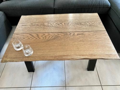 Stilvoller Couchtisch aus Eichenholz mit Ebenholzöl und natürlichen Kanten, Größe 70x100 cm