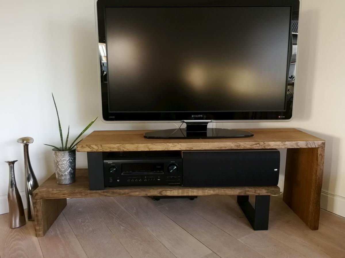 TV tisch aus eiche mit Ebenholzöl und Metallbeinen